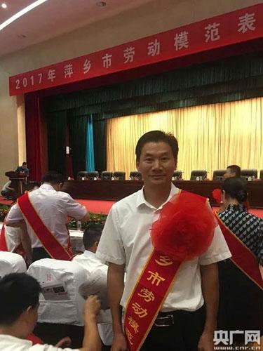 江西上栗:祖孙三代同做志愿 接力传承好家风.jpg